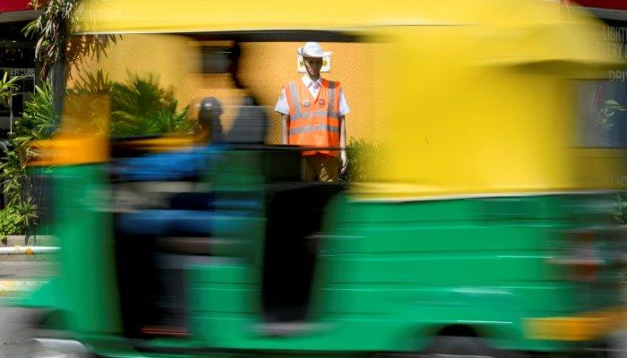Indian police deploy mannequins to warn lawbreakers on road