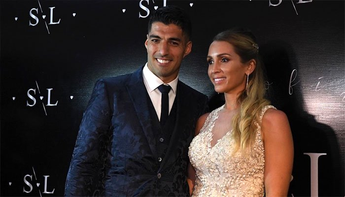 Barcelona's Suarez renews wedding vows, with Messi on guest list