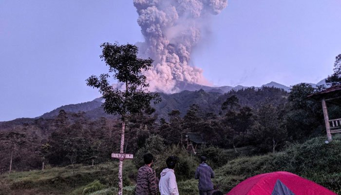 Indonesia closes airport after Java volcano erupts