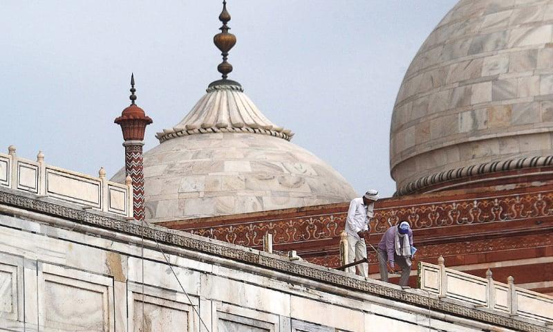 Deadly thunderstorm damages Taj Mahal