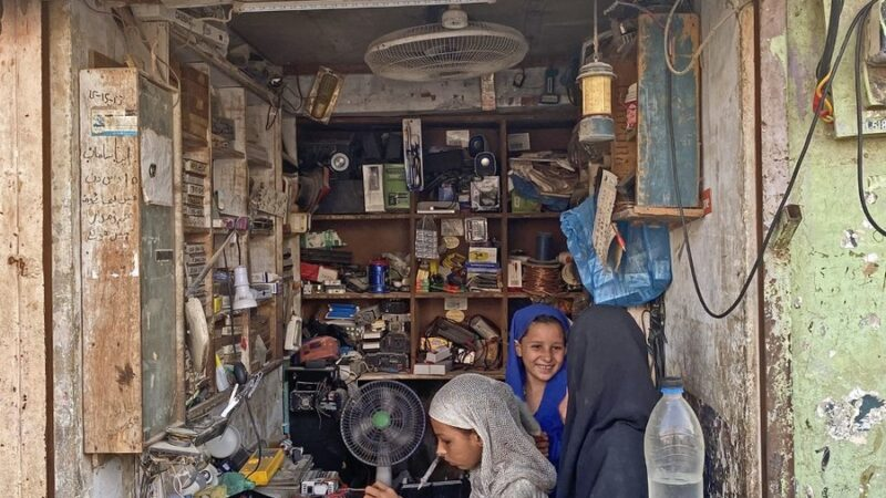 Pakistani electrician has empowered six daughters by training them in repairs