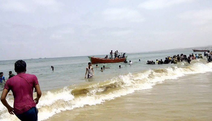 Karachi Metropolitan Corporation (KMC) planning to auction 254 huts at Hawke's Bay Beach